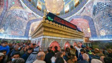 صورة المؤمنون يتوافدون لإحياء ذكرى استشهاد السيدة الزهراء عند مرقد أمير المؤمنين عليهما السلام (صور)