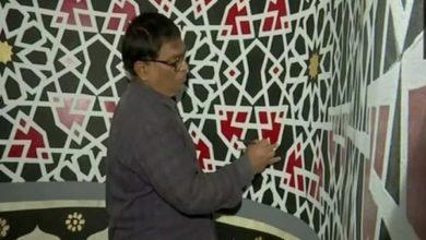 صورة رسالة سلام.. خطاط هندوسي يكتب القرآن الكريم على جدران مساجد الهند