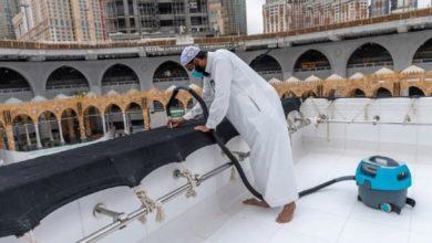 صورة تعرف على مراحل تنظيف سطح الكعبة المشرفة (صور)
