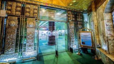صورة كربلاء.. عرض باب تراثي للحرم الحسيني الشريف يعود الى 160 عاماً (صور)