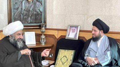 صورة آية الله السيد أحمد الشيرازي يزور العلامة الأحقاقي وعائلة المرحوم الحاج علي الأشكناني