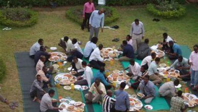 صورة برش رمضان.. إفطار جماعي في الشوارع والطرق يتحدى الفقر في السودان