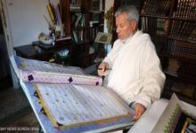 صورة خطاط ليبي كتب ألف مصحف ويحلم برسم قرآن بالخط العربي (صور)