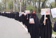 """صورة نساء كشميريات ينظمن احتجاجاً على إقامة عروض للأزياء """"مخالفة للدين والعادات الاجتماعية"""""""