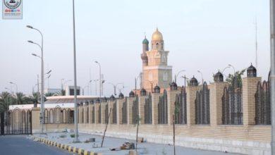 صورة أمانة مسجد الكوفة: المباشرة بنصب الفوانيس على السياج الممتد بين مرقدي التمار وخديجة عليهما السلام