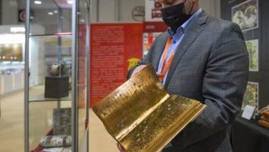 صورة عرض نسخة مذهبة من القرآن في معرض أبوظبي للكتاب (صور)