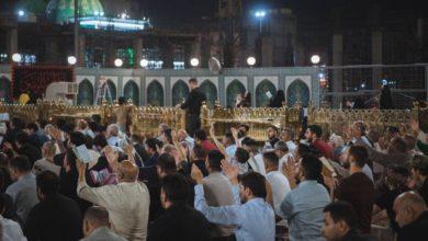 صورة جموع كبيرة من الزائرين تحيي ليلة القدر الأخيرة عند مرقد الإمام الحسين وأخيه العباس عليهما السلام