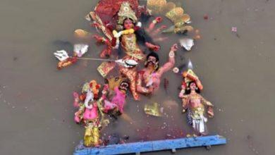 صورة الهنود يرمون آلاف الأصنام في الشارع لأنها لم تحميهم من المرض