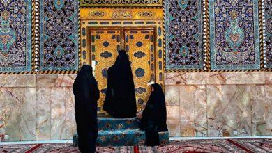 صورة موقع مسيحي يحتفي بصورة لزائرات يتبرّكن بأحد أبواب العتبة العباسية المطهرة