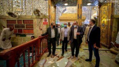 صورة وفد منظمة نداء جنيف الدولية يتشرف بزيارة مرقد أمير المؤمنين عليه السلام