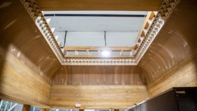 صورة شبّاك مرقد السيّدة زينب عليها السلام.. انتهاء صناعة الهيكل الخشبيّ وعمل مستمر بصناعة الأجزاء المعدنيّة (صور)