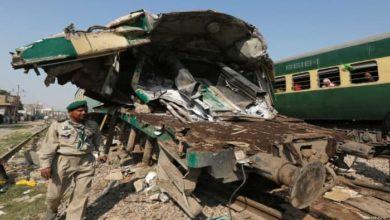صورة مصرع 30 شخصاً على الأقل في اصطدام قطارين جنوبي باكستان