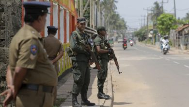 صورة جنود يجبرون الأقلية المسلمة على الركوع.. سريلانكا تحقق في قضية إذلال للمسلمين