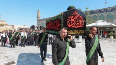 صورة العتبة العسكرية المقدسة تقيم مراسيم التشييع الرمزي لنعش الإمام الصادق عليه السلام