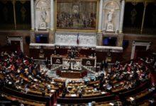 صورة فرنسا تقر قانوناً مثيراً للجدل يستهدف المسلمين.. وانتقادات ورفض من الجمعيات الإسلامية العاملة في البلاد
