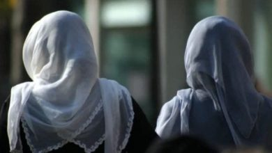 صورة كندي يهاجم مسلمتين ويهددهما بالقتل.. وترودو يعلق