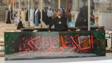 صورة نشر معالم الحزن والسواد في أروقة مرقد أمير المؤمنين عليه السلام استعدادا لاستقبال شهر محرم الحرام (صور)