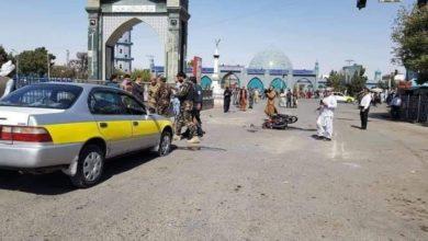 صورة شهيد وجرحى بانفجار قرب مسجد الروضة العلوية في مزار شریف