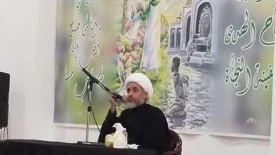صورة وكيل المرجع الشيرازي في لبنان يلقي كلمةً بحث فيها جوانب من النهضة الحسينية الخالدة