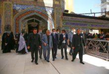 صورة السفير الفرنسي لدى العراق في رحاب مرقد أمير المؤمنين عليه السلام ويبدي إعجابه بمعالمه التاريخية والأثرية