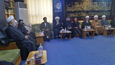 صورة مكتب المرجع الشيرازي في النجف الأشرف يستقبل شخصيات دينية واجتماعية وخدمة الإمام الحسين عليه السلام