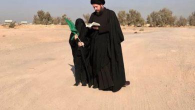 صورة قرب الحدود العراقية.. نجل المرجع الشيرازي يؤدي زيارة الأربعين الحسيني في صحراء الكويت