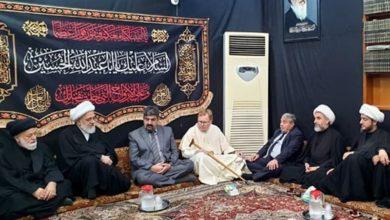 صورة وزير الأديان والمذاهب الهنغاري في رحاب مكتب المرجع الشيرازي في كربلاء المقدسة