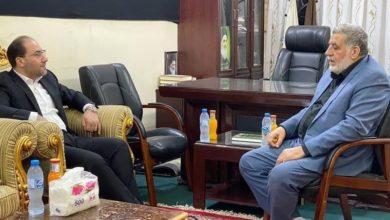 صورة تسهيل دخول الزوار الأجانب للعراق على طاولة الحديث بين مسؤول العلاقات العامّة للمرجعية الشيرازية والمتحدّث باسم وزارة الخارجية