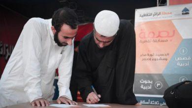 صورة تدوين أسماء الشهداء في طريق السير صوب مرقد الإمام الحسين عليه السلام