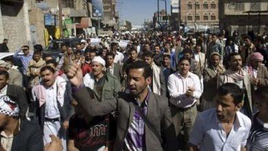 صورة اليمنيون يخرجون بمسيرات احتجاجاً على ارتفاع الأسعار وسوء الأوضاع المعيشية في لحج