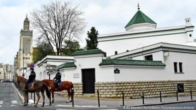 صورة فرنسا تواصل انتهاكاتها لحقوق المسلمين.. 7 مساجد وجمعيات أُخرى على لائحة الإغلاق في فرنسا