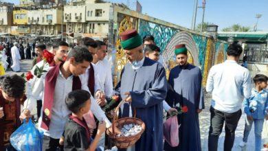صورة العتبات المقدسة في العراق تستقبل الزوار بالورود وقطع الحلوى بذكرى مولد النورين