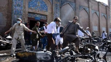 صورة صور ترصد حجم المأساة في الانفجار الذي استهدف مسجدًا للشيعة في أفغانستان