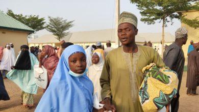صورة إطلاق سراح 90 طالبة ومعلماً بعد 118 يوماً من اختطافهم في شمال غرب نيجيريا