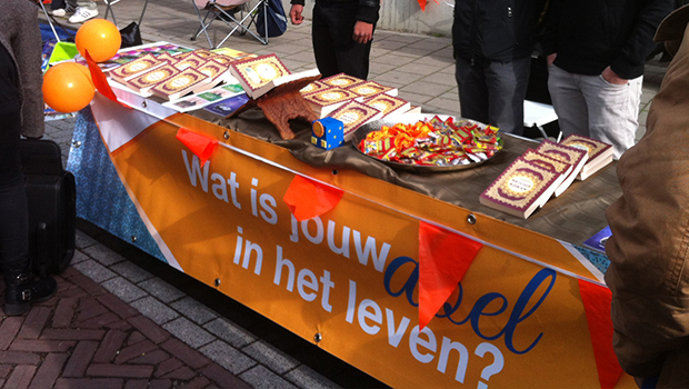 Photo of Dutch young Muslims hand out free Qurans