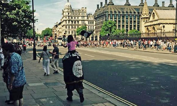 Photo of UK Police criticised for not arresting man carrying IS flag near parliament