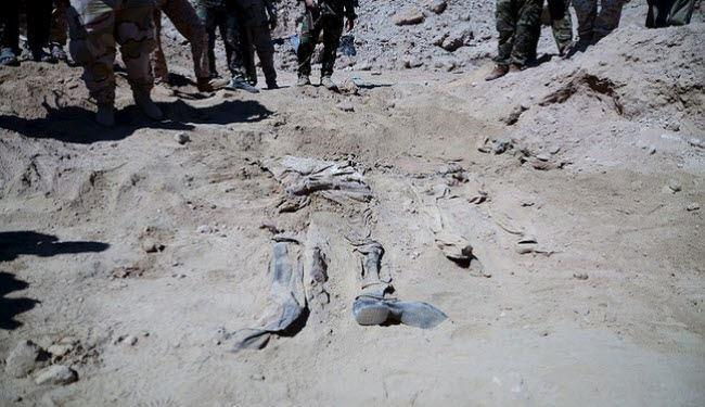Photo of Iraqi teams exhume hundreds of bodies from mass graves in Tikrit