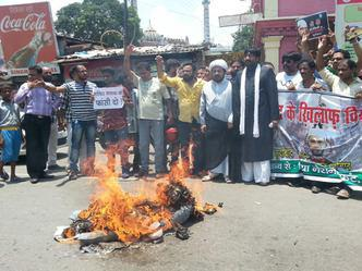 Photo of Shia Muslims in Lucknow protest against Zakir Naik
