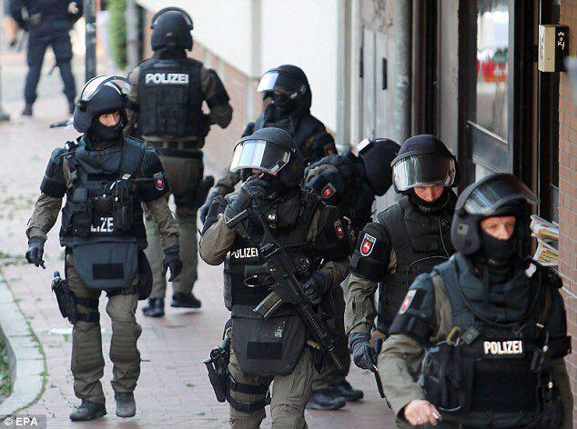 Photo of German police raid homes of group accused of radicalizing Muslims