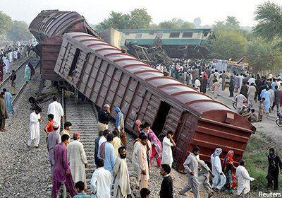 Photo of Six dead, 100 injured in Pakistan train crash