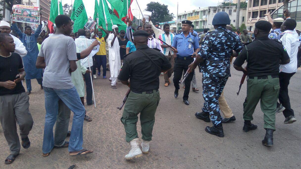 Photo of Nigerian forces spray teargas at peaceful protesters demanding Sheikh Zakzaky's release