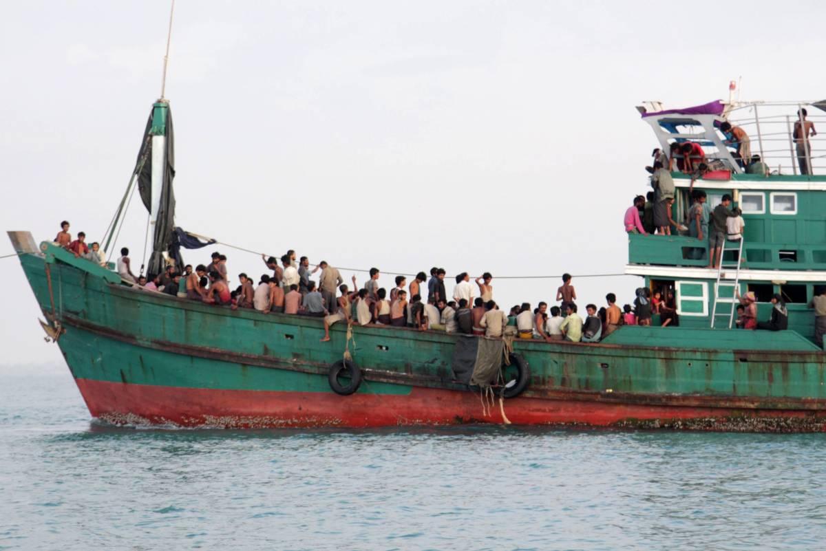 Photo of Dozens of Rohingya missing as boat sinks near Bangladesh