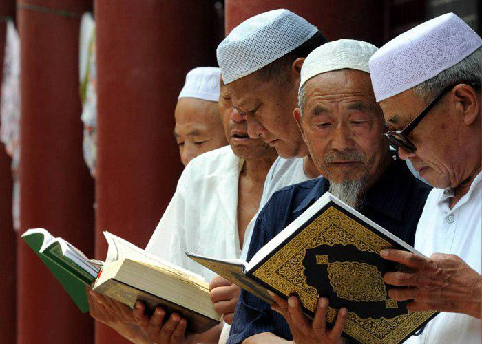 Photo of Chinese authorities confiscate Qurans from Uyghur Muslims