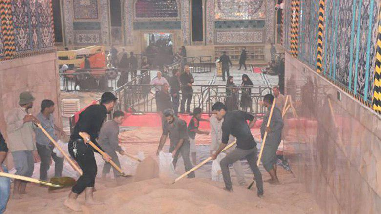 Photo of Holy Shrine's entrances covered with sand to facilitate mourners' passage