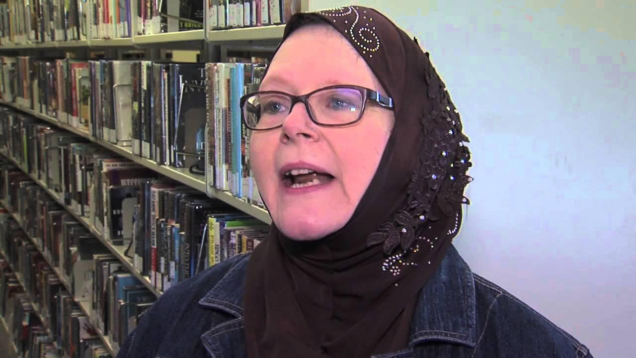 Photo of Christian librarian dons hijab to support Muslims