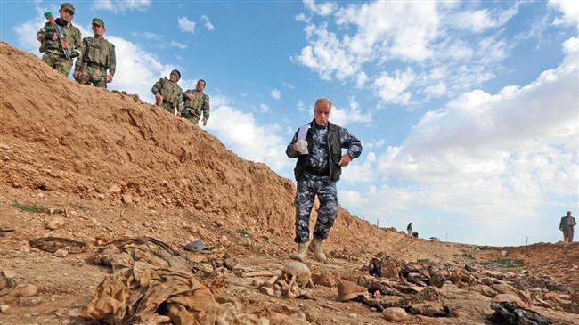 Photo of Iraqi Hashd al-Sha'abi fighters discover Christian mass grave near Mosul