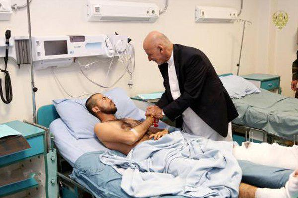 Photo of Afghan President visits victims of Shia mosque attack in hospital