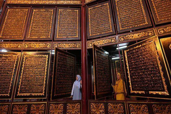 Photo of Large wooden Quran in Indonesia attracts visitors from around world