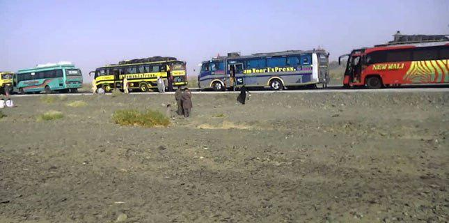 Photo of Shia pilgrims denied entry into Balochistan, stuck at provincial border with Sindh