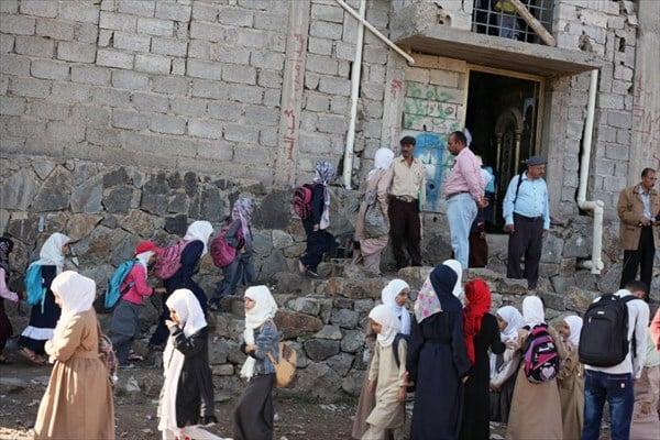 Photo of Yemeni teacher turns his home into school amid ongoing Saudi aggression